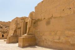 Capela do brique do templo de Karnak de Ramesses III em Luxor, Egito foto de stock