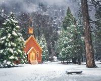 Capela do vale de Yosemite no inverno com neve - parque nacional de Yosemite, Califórnia, EUA imagens de stock