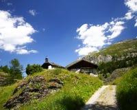Capela e alpes velhos no verão imagens de stock