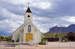 Capela e celeiro ocidentais velhos de Apacheland na junção de Apache, AZ Imagens de Stock