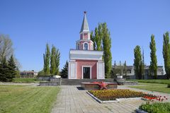 Capela e estrela com fogo eterno perto da casa da cultura perto do quadrado central no pagamento de Oktyabrsky Imagens de Stock