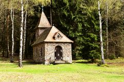 capela em algum lugar na floresta em Brezina fotografia de stock