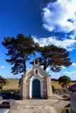 Capela fúnebre pequena no cemitério rural em França Fotos de Stock