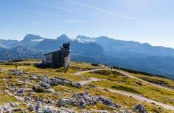 Capela no Dachstein no trajeto aos cinco dedos que veem a plataforma Foto de Stock Royalty Free