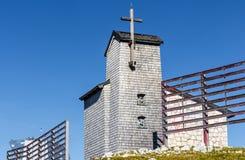 Capela no Dachstein no trajeto aos cinco dedos que veem a plataforma Fotos de Stock