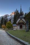 Capela no lago Prags, Tirol sul Imagem de Stock