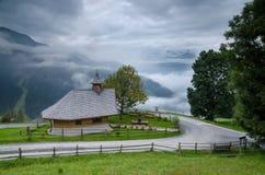 A capela pequena acima de Zell am vê 1, Áustria fotos de stock