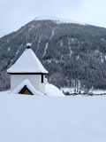 Capela pequena coberta com a neve na paisagem do inverno Foto de Stock Royalty Free