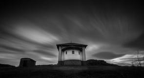 A capela perto de Rusokastro, Bulgária em preto e branco Fotos de Stock Royalty Free
