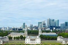 Capela real, salão pintado e colunata clássica no parque, na Londres, e nos arranha-céus de Greenwich de Canary Wharf na distânci Fotos de Stock