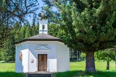 Capela rural da montanha no verão Vale de Fassa, Trentino Alto Adige, Itália imagem de stock royalty free