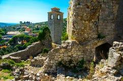 Capela velha da torre e ruínas da fortaleza da barra de Stari, Montenegro imagens de stock royalty free