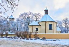 Capela velha e o castelo do bispo. Paisagem do inverno. Fotografia de Stock Royalty Free