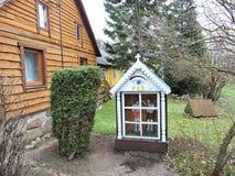 Capela velha perto da casa, Lituânia foto de stock royalty free