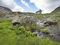 Capela velha perto de colo de vars em cumes franceses de Haute Provence foto de stock royalty free
