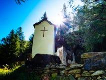 capela votiva pequena dedicada à mãe a mais santamente do deus sobre foto de stock royalty free