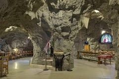 Capelas da igreja da caverna na caverna do monte de Gellert em Budapest, Hungria foto de stock