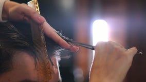 Capelli abili del maschio di taglio del parrucchiere video d archivio