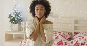 Capelli adusting della giovane donna calma a letto video d archivio