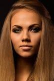 Capelli biondi Bella donna con capelli lunghi diritti Fotografie Stock Libere da Diritti