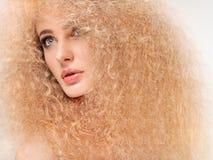 Capelli biondi. Bella donna con capelli lunghi ricci. Alta qualità Fotografia Stock