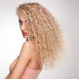Capelli biondi. Bella donna con capelli lunghi ricci. Alta qualità Immagini Stock
