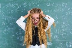 Capelli biondi della tenuta della ragazza dello studente del nerd pazzo sorpresi fotografia stock libera da diritti