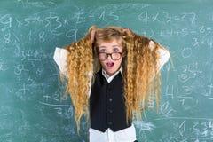 Capelli biondi della tenuta della ragazza dello studente del nerd pazzo sorpresi fotografie stock