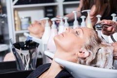 Capelli che lavano ad un salone di lavoro di parrucchiere Immagine Stock Libera da Diritti