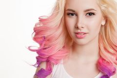 Capelli colorati Ritratto delle donne sorridenti con i capelli ricci Ombre pendenza fotografie stock
