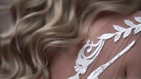 Capelli d'ondeggiamento della giovane sposa bionda video d archivio