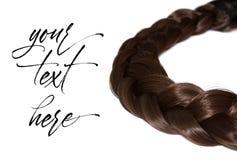 Capelli del ` s delle donne isolati su fondo bianco Una treccia marrone di capelli fotografia stock libera da diritti