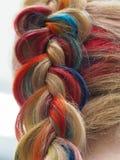 Capelli dell'arcobaleno in una treccia Fine intrecciante su immagine stock