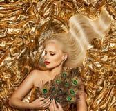 Capelli dell'oro, modello di moda Golden Waves Hairstyle, ragazza bionda su tessuto scintillante immagine stock libera da diritti