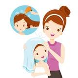 Capelli della figlia dello sfregamento della madre con l'asciugamano Immagini Stock