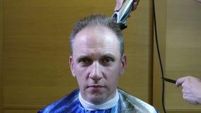 Capelli della guarnizione dello stilista di capelli, l'acconciatura dell'uomo fermata-moto archivi video