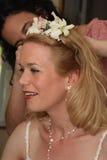 Capelli della riparazione dell'amico e della sposa prima di Wedding Immagine Stock Libera da Diritti