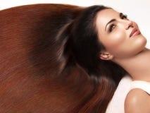 Capelli di Brown. Bella donna con capelli lunghi sani. Alta qualità Fotografia Stock Libera da Diritti