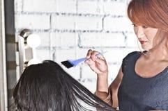 Capelli di coloritura dello stilista di capelli Immagini Stock