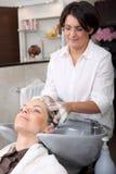 Capelli di lavaggio nel salone di capelli Fotografie Stock Libere da Diritti