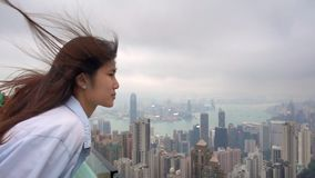 Capelli di salto della donna del vento del movimento lento in Hong Kong Peak stock footage