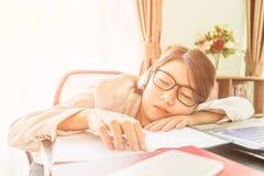 Capelli di scarsità dell'adolescente rilassati dopo il lavoro Immagini Stock