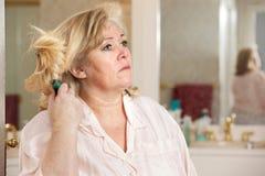 Capelli di spazzolatura della donna Fotografia Stock