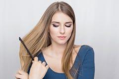 Capelli di spazzolatura della donna Immagine Stock Libera da Diritti