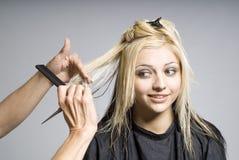 Capelli di taglio del parrucchiere Immagine Stock