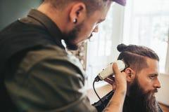 Capelli di taglio del parrucchiere del cliente al salone immagine stock libera da diritti