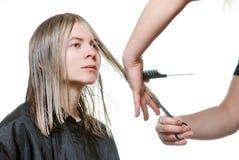 Capelli di taglio dello stilista di giovane donna bionda. Fotografie Stock