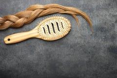 Capelli intrecciati nella spazzola per i capelli di bambù e del treccia immagine stock libera da diritti