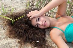 Capelli lunghi nella sabbia fotografie stock