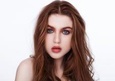 Capelli lunghi rossi dello zenzero Labbra di rosso del ritratto di bellezza immagini stock